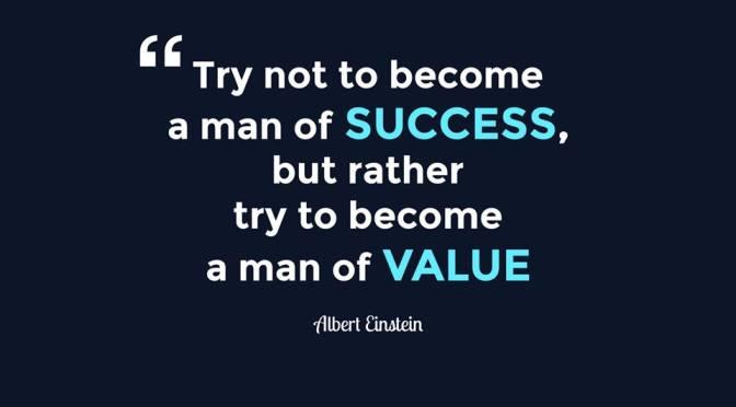 Đừng cố gắng làm người thành công; hãy cố gắng làm người có ích!